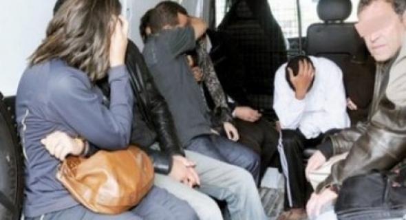 """مديرية الأمن تُعلن الحرب عن """"القمار"""" وتداهم فيلا وتوقف 29 شخص ومعدات وكحول =بلاغ="""