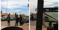هدشي ماشي معقول… حافلات تغرق شوارع أزيلال وبني ملال بالافارقة المهاجرين و عطب حافلة  تقل مجموعة منهم يتسبب في احتجاجهم والدرك الدرك الملكي يتدخل -صور-