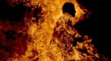 مهاجر يضرم النار في جسده في الشارع العام بايطالي وعناصر الشرطة تفلح في إطفاء النيران