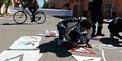 الفنان التشكيلي رشيد بومزوغ يرسم لوحات تحسيسية بقصبة تادلة للفت الإنتباه إلى مخاطر حوادث السير
