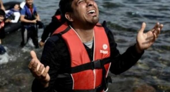 انقاذ أزيد من 100 مهاجر كادوا يلقوا حتفهم في البحر وتسليمهم لإيطاليا