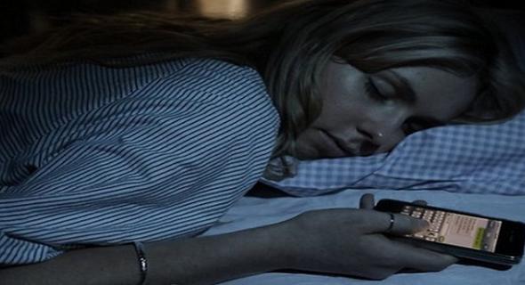 انتبهوا… دراسة تحدد الخطر الحقيقي للهاتف قبيل النوم
