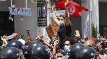 """الرئيس قيس يُطيح بالحكومة ويجمد البرلمان ، وحزب النهضة يصف القرار ب""""الإنقلاب"""" … فكيف يبدو الوضع الآن في تونس؟"""