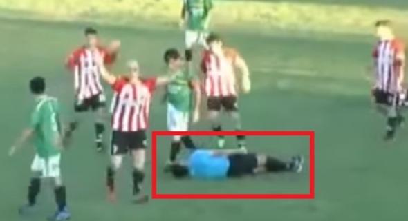 فيديو صادم…لحظة وفاة حكم على أرضية الملعب بعدما تلقى ضربة قاضية من لاعب