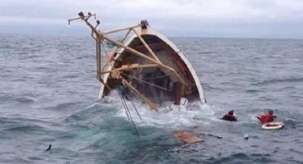 انتشال ضحيتين لحادث غرق قارب للصيد بالعيون و ابن أفورار من بين الضحايا ومحسنون يتكلفون بنقل جثمانه