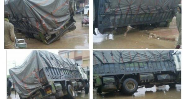 """فضيحة… هاعلاش تانهضرو… """"قادوس"""" يبتلع عجلة شاحنة محملة بالبضاعة وكادت تكون الكارثة -الصور-"""