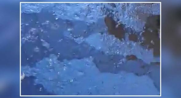 """فيديو كارثي ومهزلة… شاب يوثق الغش في التزفيت بدار ولد زيدوح ويصرخ :"""" والله حتى حكرونا هادي زيت محروقة ماشي زفت """""""