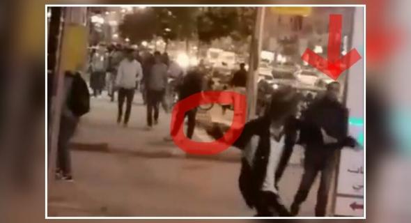 """هدشي بزاف وماشي خدمت لبوليس… مختل عقلي يهاجم زبون بمقهى ببني ملال ويخنقه بقوة وهاشكون فكو و الأمن يقتاد المختل """"علي"""" للمستشفى"""
