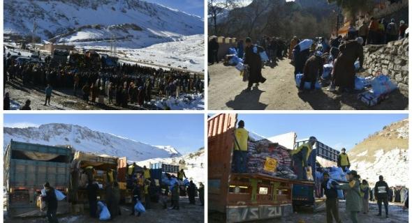 مؤسسة محمد الخامس للتضامن تقطع عشرات الكيلومترات وسط الثلوج لإيصال المساعدات لساكنة زاوية أحنصال