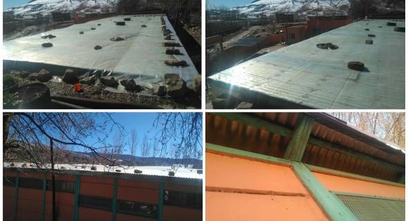 """شوهة تعليمية بالصور… ترقيع سقف مدرسة بجبال الأطلس ببني ملال بواسطة """"الميكا"""" ونشطاء يشكرون الأطر التربوية وينتقدون الوزارة"""