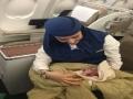 بالصور… مغربية تضع مولودها على متن طائرة خلال رحلة جوية وتفاجئ الربان بهذا القرار!