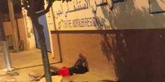 وفين هاد الحقاوي والدكالي!!… عجوز مجرد من الملابس وأمام باب المستشفى الجهوي ببني ملال يثير غضب المواطنين على الوزارات -صور-