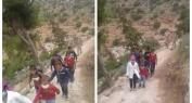 الله يعطيهم الصحة وبالفيديو… إشادة واسعة من المواطنين بقيام عنصران من القوات المساعدة بمرافقة تلاميذ الابتدائي من أعالي الجبال إلى المدرسة ببني ملال