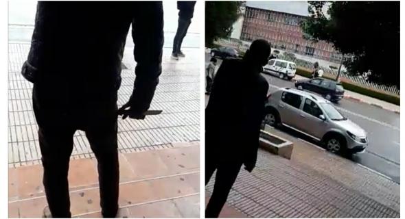 عاجل وبالفيديو… حقوقيون يجنبون كارثة و يستدعون الشرطة لنقل مختل عقلي يحمل سكينا أمام ولاية الأمن وابتدائية ببني ملال