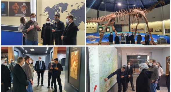 زيارة القائم بالأعمال بسفارة الولايات المتحدة الأمريكية بالمغرب لمتحف جيوبارك مكون بأزيلال واندهاشه بالديناصور الأطلسي والتراث والحضارة المغربية