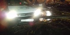 عاجل والسلامة… عاصفة رعدية تتسبب في سقوط شجرة كبيرة على سيارة خفيفة ببني ملال =فيديو +صور=
