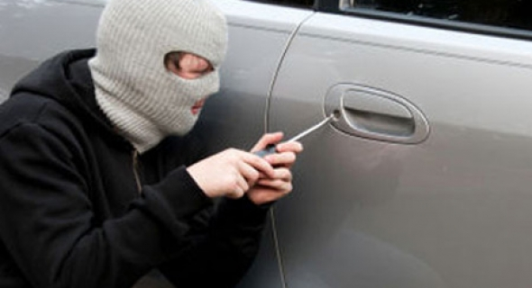 واش هدو مسلمين… لصوص يسرقون سيارة من أمام مسجد ويفرون بها بعد دخول صاحبها للصلاة