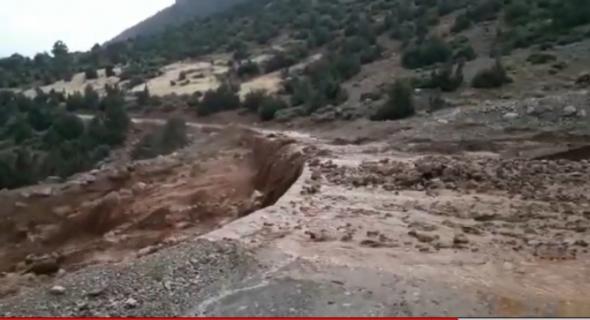 بالفيديو … السيول والحجارة تقطع الطريق الرابطة بين ايت امحمد وايت عباس بأزيلال