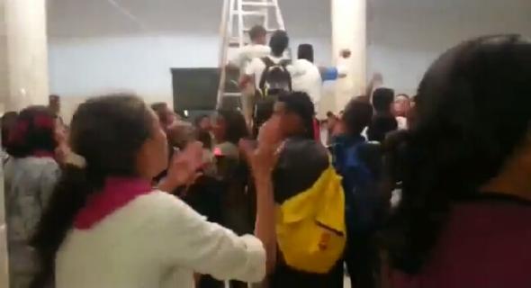 فضيحة بالفيديو..تلاميذ غاضبون من وفاة زميلهم إلياس بالاهمال يقتحمون المستشفى ويحتجون داخله ويرددون شعارات تفضح الوضع الصحي
