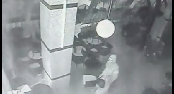 """انفراد وخطير بالفيديو… شاهد كيف سرق لصوص حارس ليلي تحت الضرب بالسلاح الأبيض و""""تاكسي نيوز"""" تكشف هويتهم"""