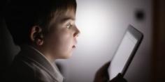 الهواتف الذكية قبل النوم تؤثر على صحة الأطفال -دراسة-