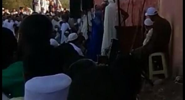 بالفيديو المؤثر +..إسلام أجنبي وأجنبية بعد صلاة عيد الأضحى ببني ملال