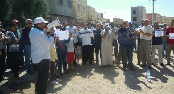 مسيرة احتجاجية بالسيارات بأبي الجعد تطالب باصلاح الطريق وتستنكر تماطل المسؤولين
