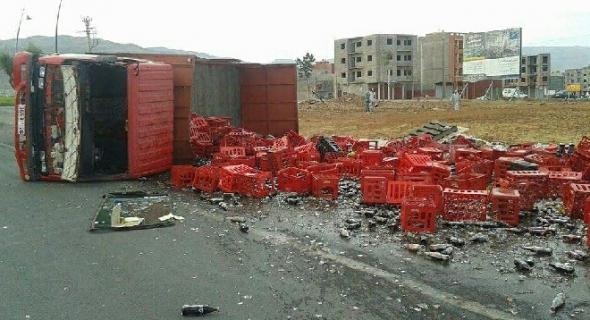 انقلاب شاحنة كوكا كولا في حادثة سير خطيرة -الصورة-