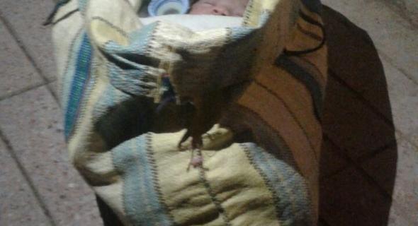 صاااادم …مكاين  غا ولد ولوح …العثور على رضيعة متخلى عنها وموضوعة داخل قفة أمام دار الولادة +صورة حصرية