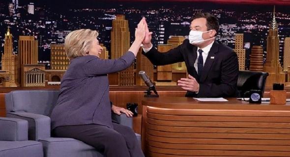 بالفيديو..بسبب مرضها..صحفي يستقبل هيلاري كلينتون بكمامة طبية خلال برنامج شهير