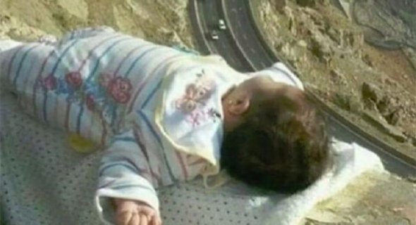 """""""طفل الحافة""""… سيلفي متهور لأبوين يستنفر وزارة العمل السعودية"""