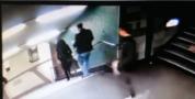 بالفيديو … عنصري يركل فتاة محجبة ويسقطها من أعلى الدرج في ألمانيا