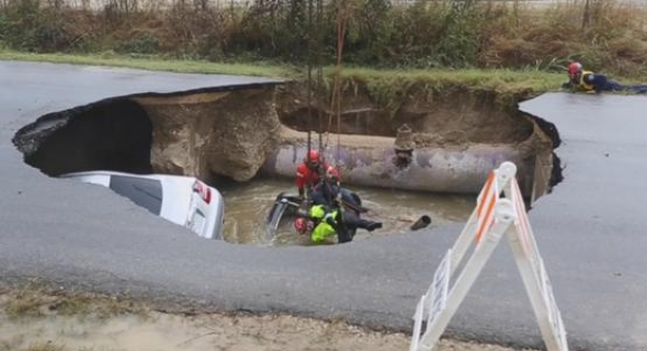 بالفيديو.. حفرة وسط الطريق  تلتهم سيارتين إحداها لشرطية وتتسبب في مصرعها