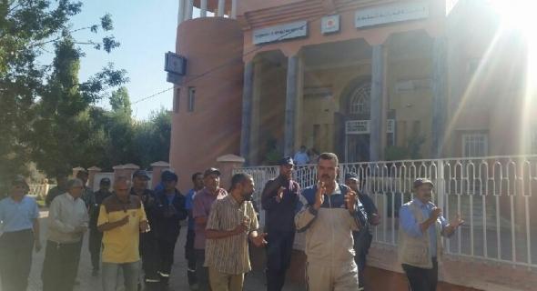 عمال بلدية بني ملال بقطاع اﻷغراس واﻷشغال البلدية يحتجون أمام الخزينة ويطالبون بحقوقهم المشروعة