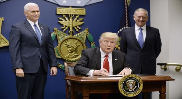 قربلها… ترامب يُوقِّع قرار تقييد الهجرة ويمنع مواطني 7 بلدان عربية من دخول أمريكا