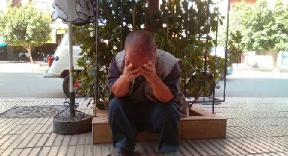 مواطن من الاشخاص قصيري القامة  يحتج على الحكرة أمام ولاية جهة بني ملال خنيفرة ويطالب بحقوقه