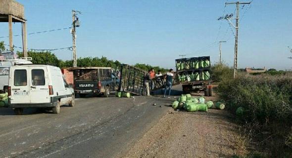 ستار الله..ويستمر استهتار شاحنات شركات الغاز بالطرقات وتهديدهم لسلامة مرتادي الطريق -الصور-
