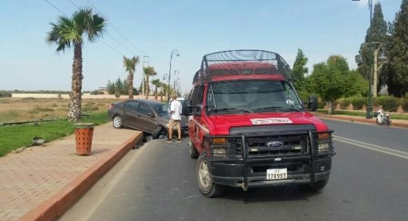 عاجل..بالصور..سيارة تسير بسرعة جنونية يقودها أجنبي وصديقته تصطدم بعمود كهرائي وتسقطه وهذا مصيرهما