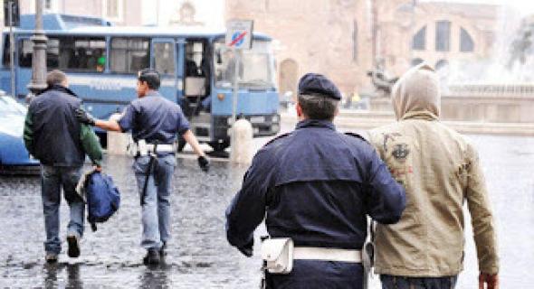 الهاتف والعنف يدفعان إيطاليا إلى طرد مهاجر مغربي وترحيله للمغرب