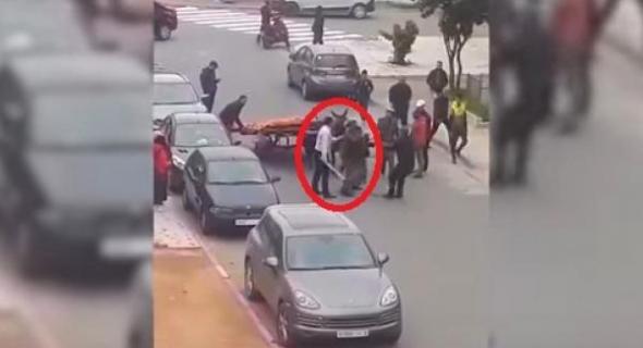 """فيديو خايب… """"قايد"""" وعناصر من القوات المساعدة """"يسلخون"""" بائعا متجولا ويعتقلونه بالدار البيضاء"""