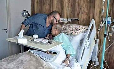 صورة اليوم بامتياز..الملك يزور الزعيم السياسي عبد الرحمان اليوسفي بالمستشفى ويقبل رأسه