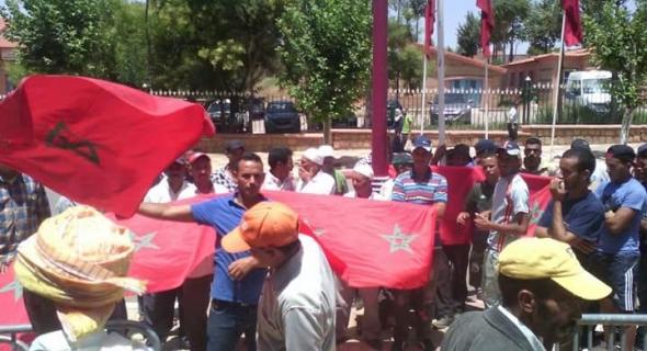 منخرطو جمعية ورﻻغ للماء يحتجون أمام مقر عمالة أزيلال والسلطات تفتح معهم الحوار