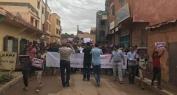 """بالفيديو… عائلة موسى أكابير وساكنة أغبالة ينظمون مسيرة استنكارية ضد هجوم برشلونة والأطفال يرفعون شعار """"الارهاب لا دين له"""""""