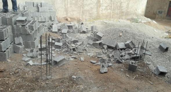 بالصور…قائد الملحقة الثالثة ببني ملال يوقف أشغال بناية غير قانونية ويتلف مواد البناء