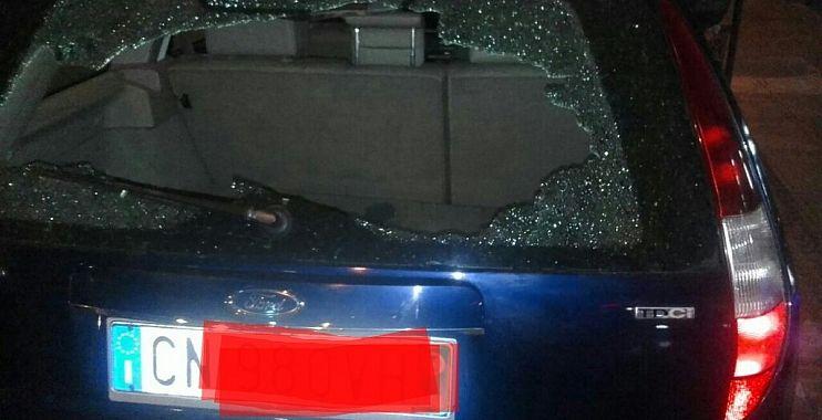 السيبة هادي…مخمور يعربد بسكين ويكسر زجاج سيارة مهاجر حل ضيفا ببني ملال-الصورة-