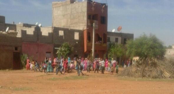 السيبة هادي..مجهولون يقذفون مدرسة ببني ملال بالحجارة والقنينات والاباء والاساتذة يحتجون ويستنجدون بالأمن-الصور-