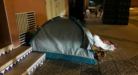 عاجل..وهادشي تايفرح..جمعية حقوقية توزع خيمات كندية صغيرة على المشردين بشوارع بني ملال لتحميهم من موجة البرد القارس -الصور-