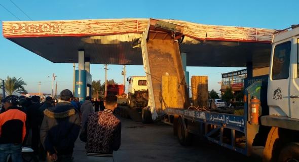 بالصور… شاحنة تتسبب في حادثة غريبة وتصطدم بسقف محطة للبنزين وتدمره