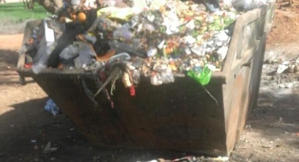 """اش واقع فالنظافة… سكان بني ملال يشتكون من الأزبال ومسؤولين يرفضون التواصل وحاويات قمامة """"مرقعة"""" ومجلس بني ملال  خارج التغطية"""