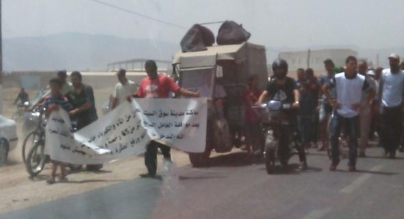 عاجل… مسيرة الغضب بسوق السبت في اتجاه عمالة الفقيه بن صالح و مطالب اجتماعية هي الاساس ومحتجون يستنجدون بالقرناشي